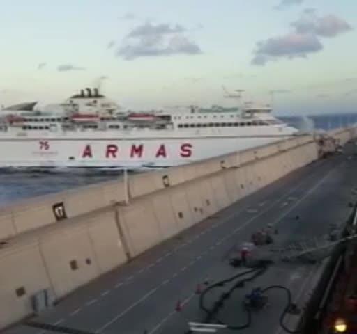 Derrame de tres kilómetros de combustible tras el choque de un ferry en el muelle de Las Palmas