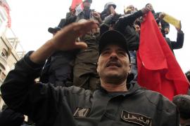 Cientos de policías se unen a los ciudadanos y se manifiestan en el centro de Túnez