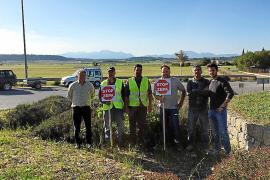 Los payeses 'plantan' carteles contrarios a las ZEPA en las carreteras del Pla