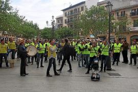 Unos 70 funcionarios protestan en el pleno de Llucmajor por sus derechos laborales
