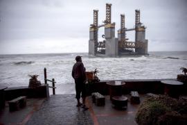 Una estructura marítima queda varada frente a la costa de Benalmádena