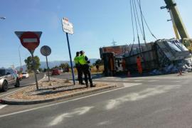 Un camión de basura vuelca y pierde parte de la carga en la rotonda de Son Castelló