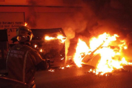 Investigan el incendio de madrugada de contenedores y coches en Palma