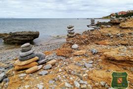 Los agentes de Medi Ambient recomiendan hacer 'montoncitos' en casa y no en la costa