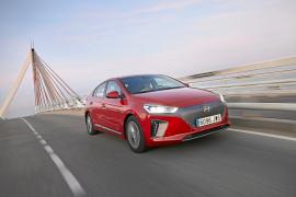 El vehículo presenta una aerodinámica y elegante silueta.