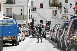 Quejas de los usuarios por la dificultad para acceder a la calle de las farmacias de Vila