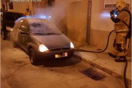 Un incendio en plena noche calcina un coche en Palma