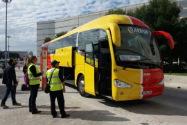El bus turístico del aeropuerto echa a andar