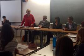 Los alumnos de dos institutos de Palma discuten sobre el futuro de la UE con la representante de la CE