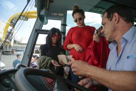 Insultos de los taxistas en el estreno de los buses turísticos en Son Sant Joan