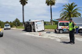 Un camión vuelca en una rotonda de Santa Ponça y su conductor resulta herido