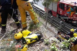 Rescatada tras pasar la noche en un margen de la autopista después de caer de un puente