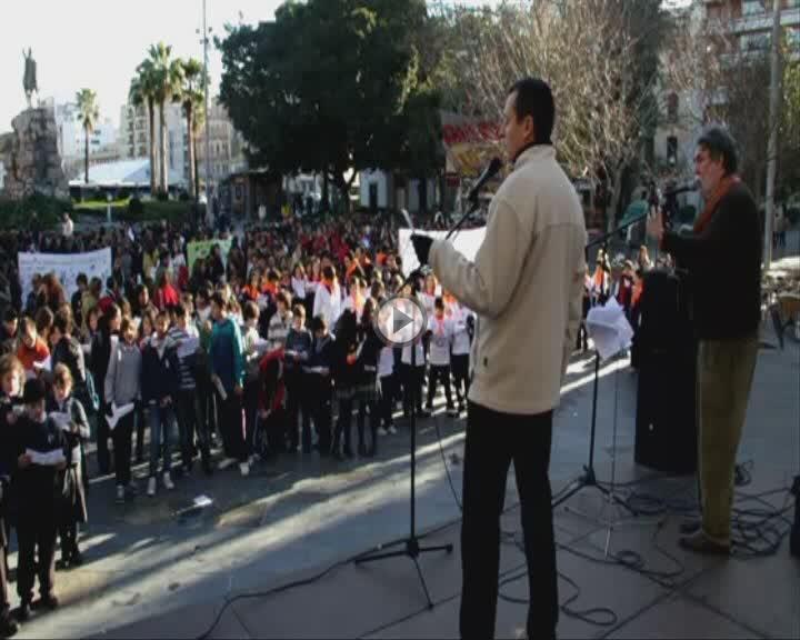Un millar de estudiantes defienden la paz