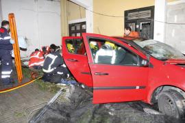 Cuatro heridos al estrellarse un coche contra un muro