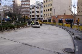 Cort sustituye los adoquines de los alrededores de la plaza Miquel Dolç por capa asfáltica