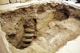 Un pasadizo y cinco escalones de piedra 'acercan' el Castell de Bellver a las cuevas