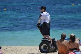 Los 'segways' de la Policía Local de Calvià 'aterrizan' en la arena