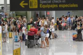El Gobierno y Aena acuerdan medidas para evitar las largas colas en los aeropuertos