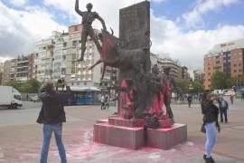 Rocían con pintura rosa todos los monumentos de los aledaños de Las Ventas