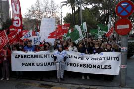 Más de 500 personas gritan 'no' al párking de pago en Son Espases