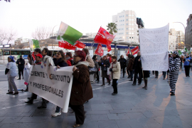 Manifestantes exigen la gratuidad del párking de Son Espases