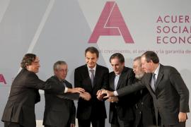 Gobierno, patronal y sindicatos escenifican el pacto social con la ausencia de la oposición