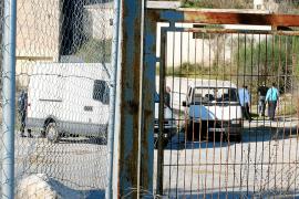 La policía sorprende a una decena de chatarreros desmontando la antigua cantera de Palma