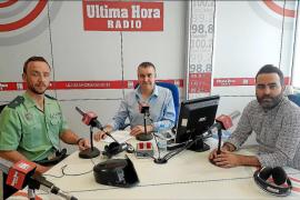 El comandante José Domingo, a la izquierda, durante su entrevista en el programa 'Ley y orden' de Ultima Hora Radio con Julio Ba
