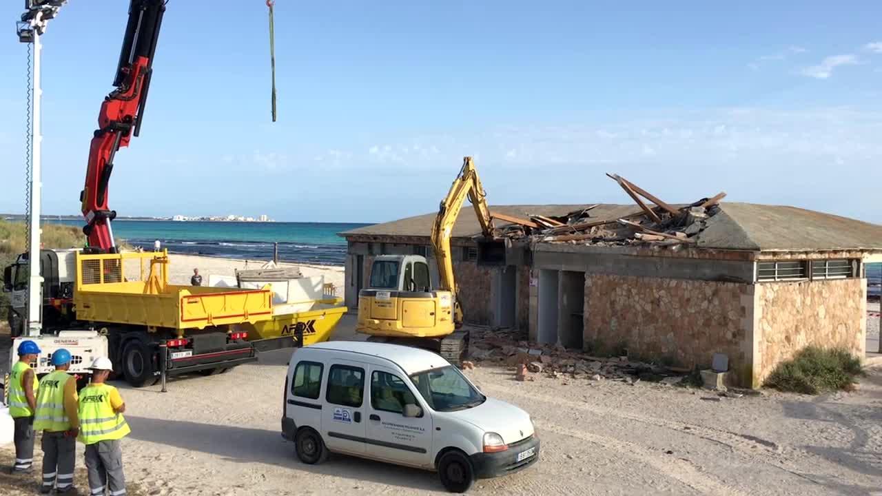 Empieza la demolición de los chiringuitos de es Trenc