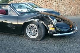 La conductora golpeó con el lateral del coche valorado en más de 400.000 euros el lateral de un camión