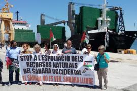 Amics del Poble Sahrauí accede hasta el buque que transporta arena del Sáhara