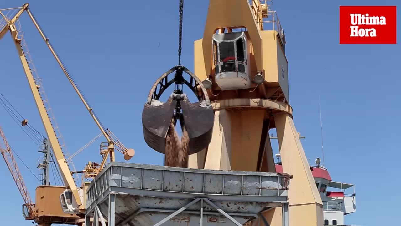 El buque Southwester descarga en Palma la arena del Sáhara