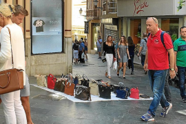 Angélica Pastor impone su criterio y Cort no permitirá la venta ambulante