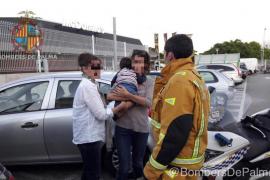Los bomberos de Palma rescatan a un bebé que quedó encerrado en un coche