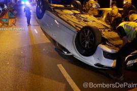 Una conductora vuelca con su coche en Palma y daña varios vehículos que estaban estacionados
