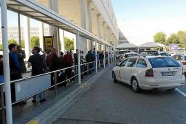 Los taxistas acusan al Govern y a Cort de pasividad con los 'piratas' en Son Sant Joan