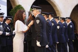 Un total de 58 agentes de la Policía Local reciben medallas al mérico por su labor