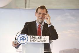 Rajoy anuncia la subida al 75 % del descuento en vuelos interinsulares en Baleares