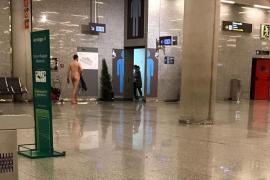 Un hombre desnudo se pasea por el aeropuerto de Palma