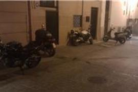 Motos aparcadas fuera de su zona.