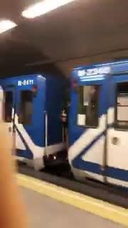 El peligroso juego de viajar entre los vagones de metro