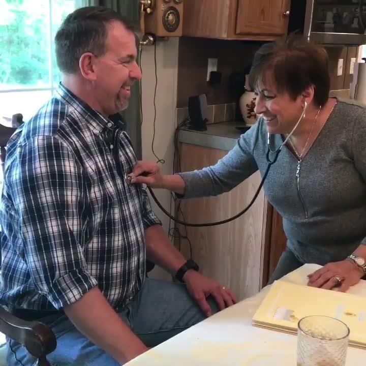 Una madre se emociona al escuchar el corazón de su hijo fallecido en otro hombre