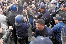 La policía reprime las protestas en Argel por temor a una revuelta 'a la egipcia'