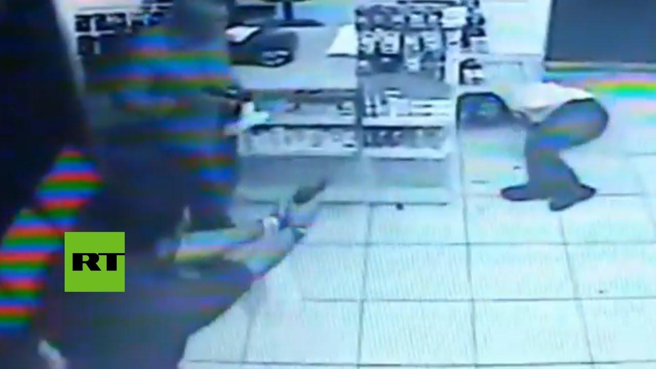 Un menor muere al intentar atracar una farmacia llena de policías