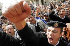 La junta militar de Egipto suspende la Constitución y disuelve el Parlamento