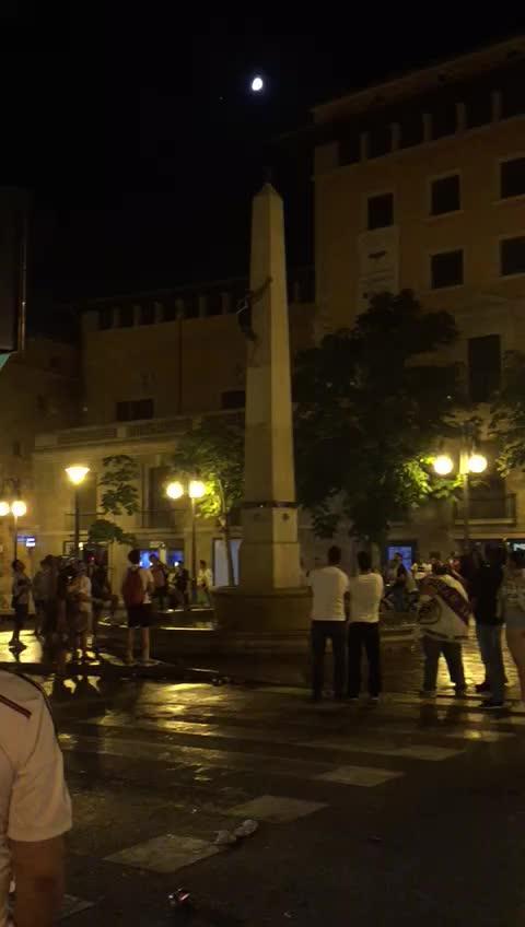 Aparatosa caída desde el obelisco de la plaza de las Tortugas durante la celebración de la Champions del Real Madrid