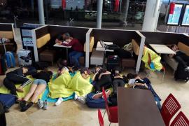 Un grupo de menores pasan la noche 'tirados' en el aeropuerto de Valencia