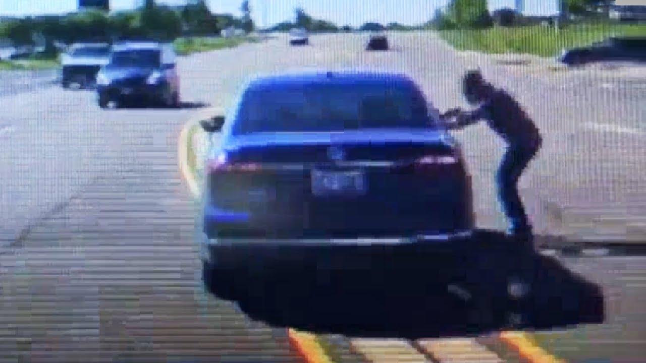 Un hombre salta dentro de un coche para salvar al conductor que estaba convulsionando
