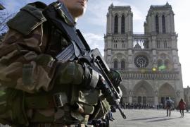 Un policía dispara a un individuo que lo atacó con un martillo cerca de Notre Dame