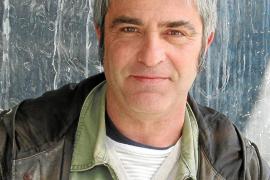 """El cineasta David Carreras en el rodaje de la película """"Flores negras""""."""